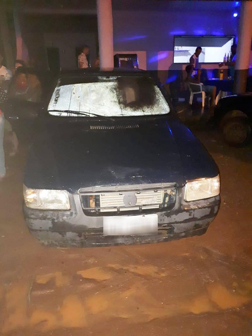 Pais deixaram três crianças trancadas no carro para irem até boate em Sapezal — Foto: Polícia Militar de Mato Grosso/Divulgação