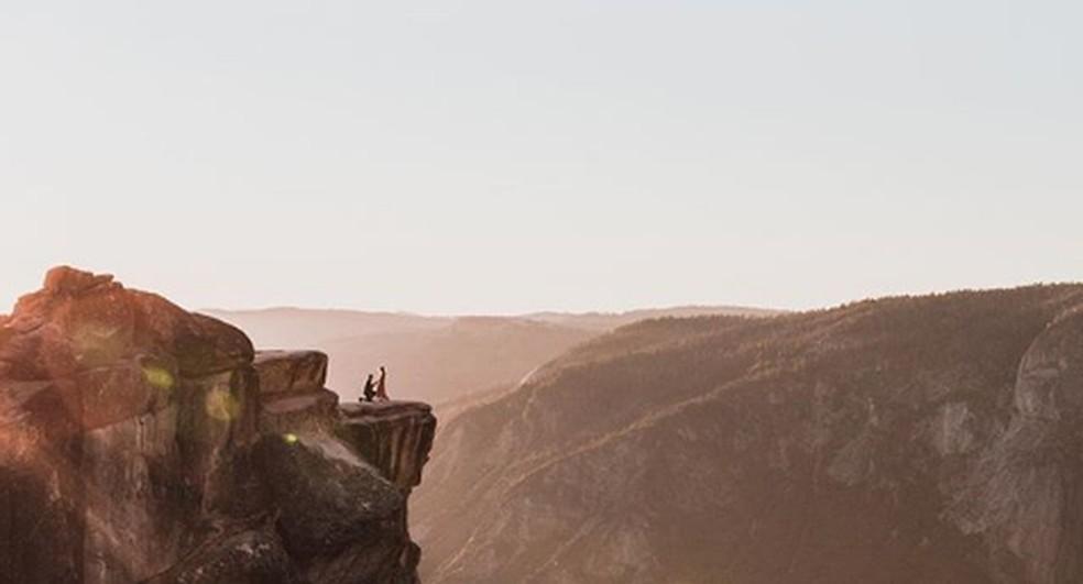Fotógrafo captura momento do pedido de casamento no Talf Point, em Yosemite — Foto: Reprodução/Instagram/@gorgeouscornchip