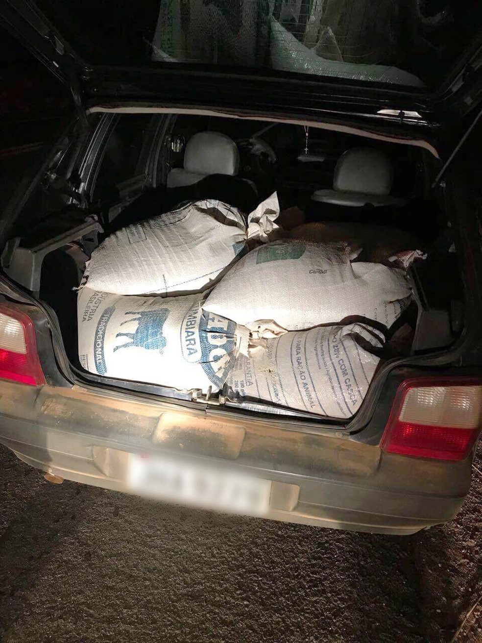 Sacas de café furtadas em Serra do Salitre estavam no porta-malas do carro (Foto: Polícia Militar Rodoviária/Divulgação)