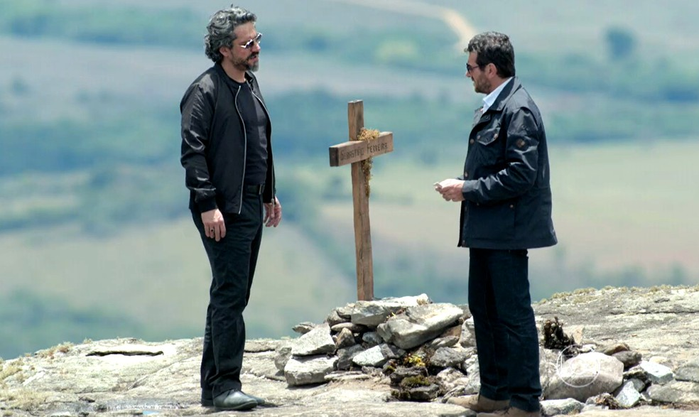 José Alfredo (Alexandre Nero) diz a Josué (Roberto Birindelli) que desconfia de Maurílio (Carmo Dalla Vecchia) - 'Império' — Foto: Globo