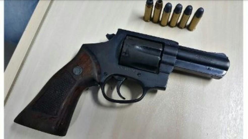Com os suspeitos do roubo ao carro, PM apreendeu um revólver  (Foto: PM/Divulgação)