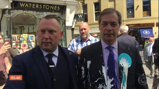Manifestante lança milk-shake no líder da campanha a favor da saída do Reino Unido da UE