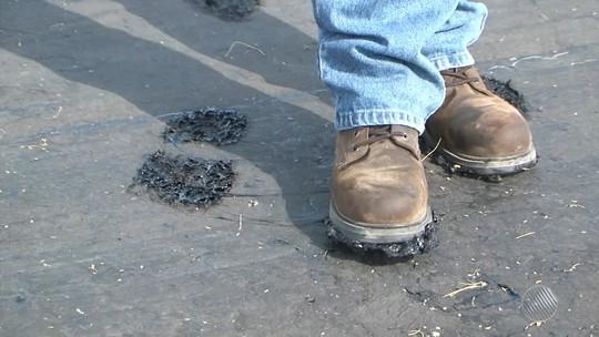 Moradores reclamam de asfalto que 'derrete' na pista e gruda em pneus e sapatos, no norte da Bahia