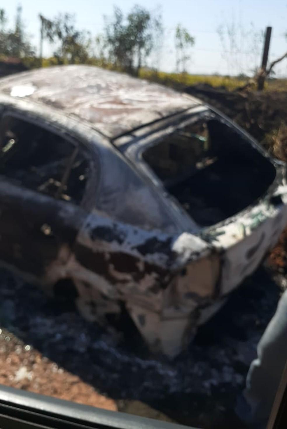 Polícia encontrou carro das vítimas abandonado e queimado, na zona rural de Areiópolis — Foto: Polícia Civil/Divulgação