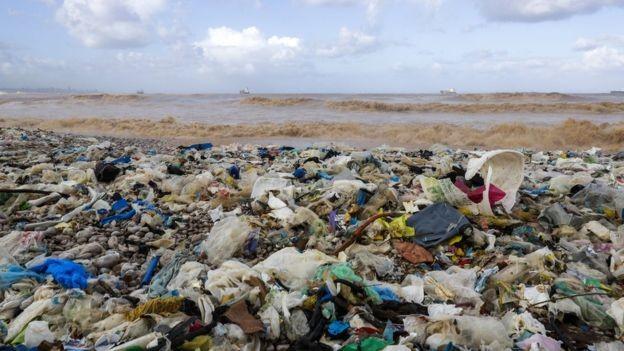 O lixo plástico flutua pelos oceanos, ameaça a vida marinha e polui cada vez mais as praias (Foto: Getty Images via BBC News Brasil)