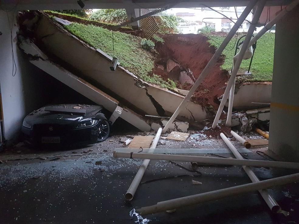 Veículo esmagado em garagem de prédio na Asa Norte (Foto: Corpo de Bombeiros/Divulgação)