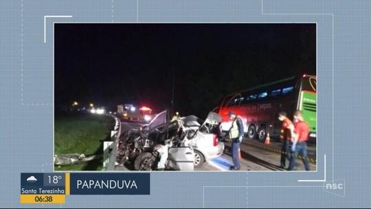 Motorista de carro morre em acidente com ônibus em rodovia no Norte de SC
