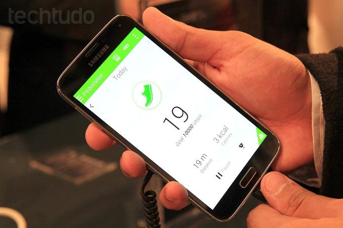 Galaxy S5 traz design de plástico, botão central e cantos arredondados (Foto: Allan Melo/TechTudo)