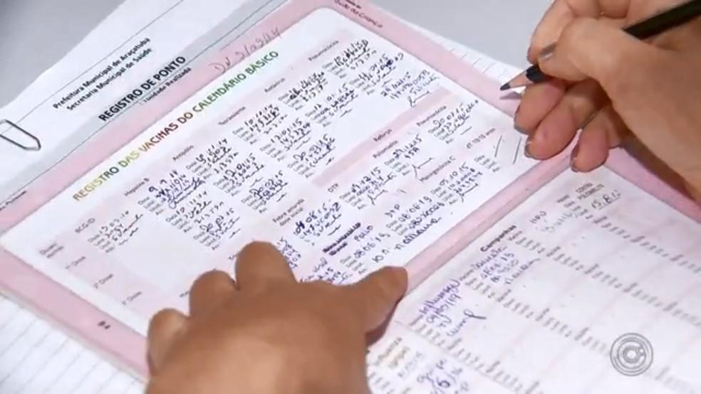 Carteira de vacinação registra o calendário nacional de imunização — Foto: Reprodução/TV TEM