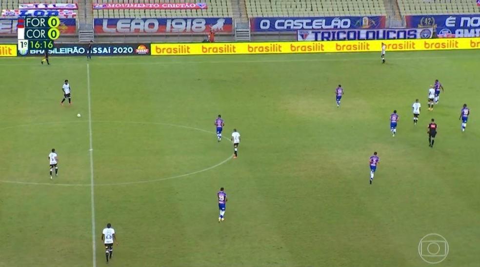 Saída de bola do Corinthians com Gabriel na linha dos zagueiros — Foto: Reprodução