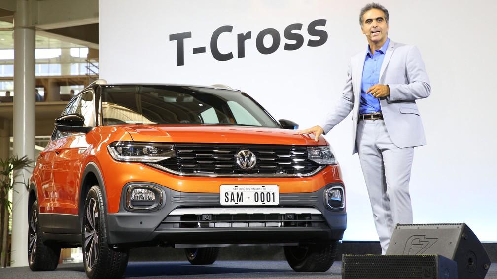 Pablo Di Si, presidente da Volkswagen do Brasil, ao lado do novo T-Cross — Foto: Divulgação/Volkswagen