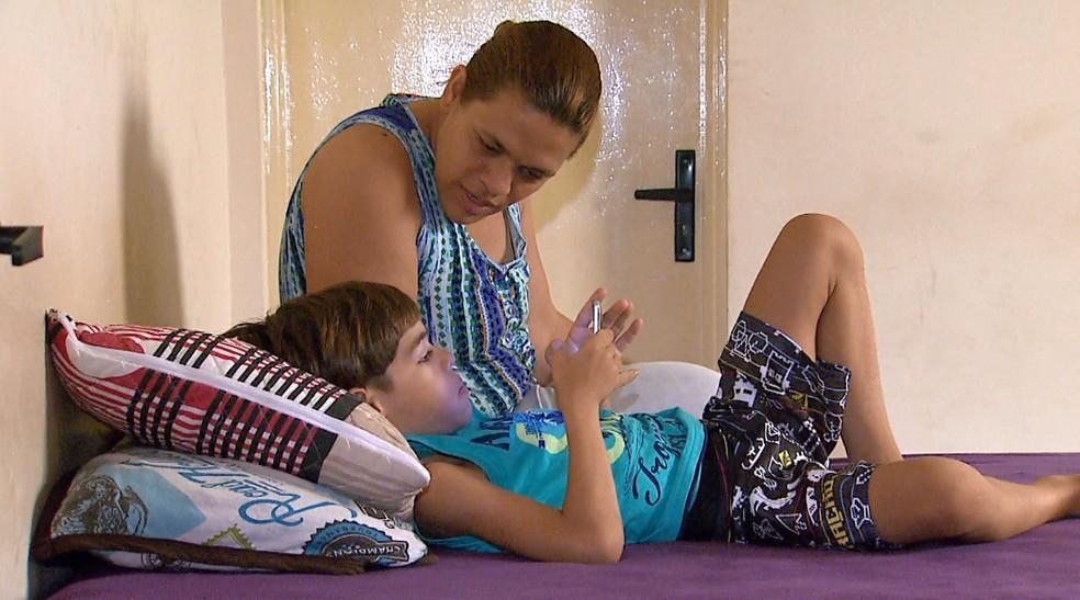 A confeiteira Érica Ferreira e o filho Enzo, de 6 anos, em Ribeirão Preto (Foto: Antônio Luiz/EPTV)