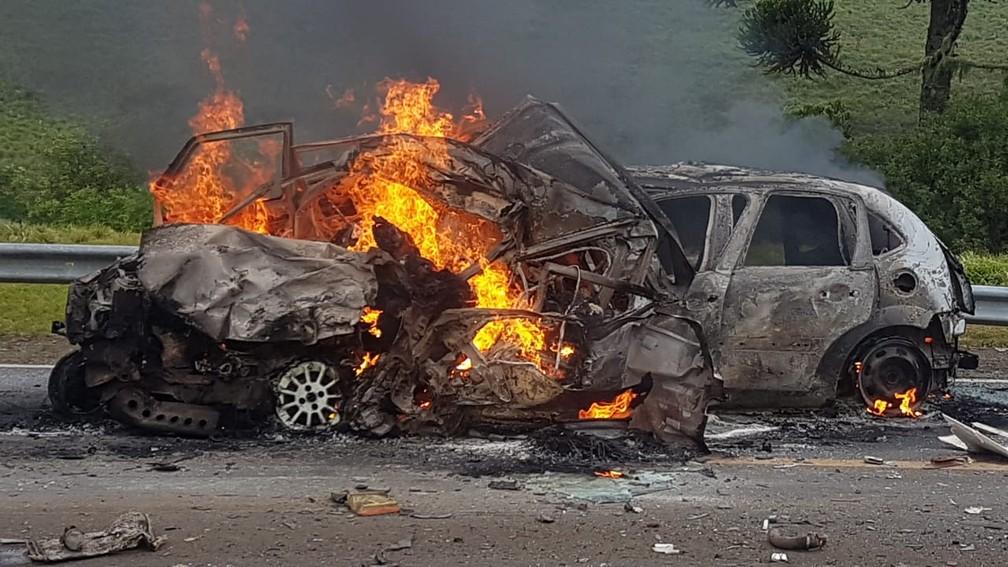 Acidente causou a morte de cinco pessoas que estavam no mesmo veículo — Foto: PRF / Divulgação