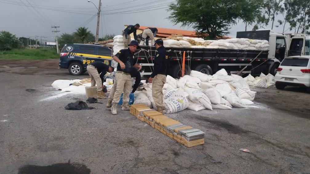 Grande quantidade de maconha é apreendida escondida em carga de farinha na Bahia  — Foto: Madalena Braga/TV Subaé