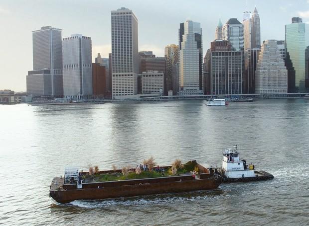A fazenda flutuante Swale, obra da artista Mary Mattingly, navega nos arredores de Nova York para chamar a atenção dos locais para a falta de alimentos frescos cultivados na cidade (Foto: Cloud Factory/Reprodução)