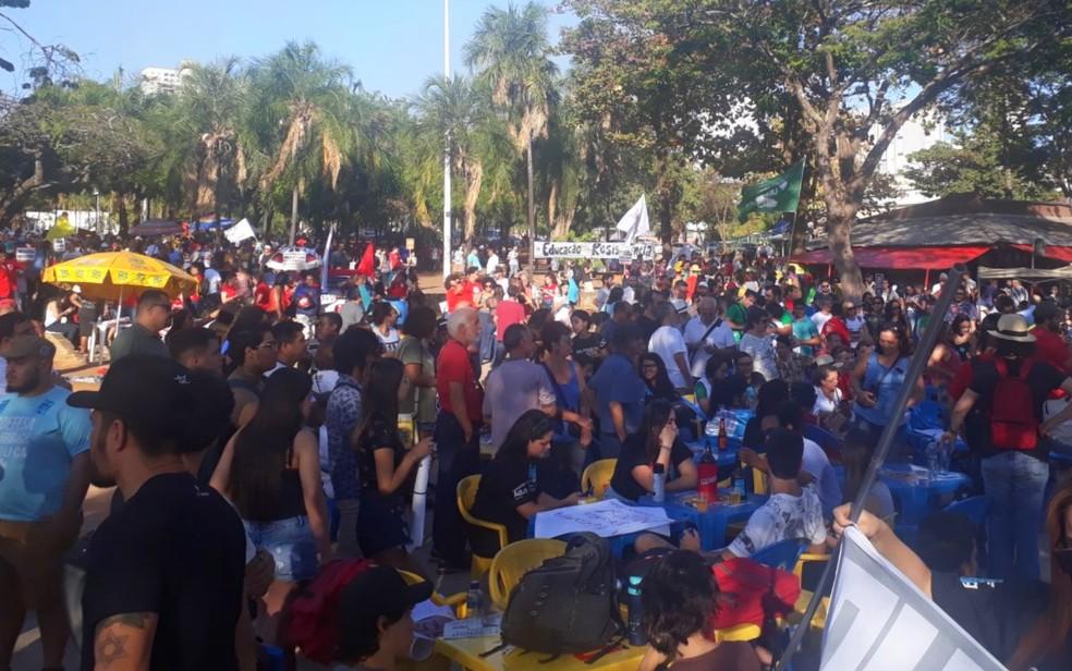 Manifestantes protestam contra reforma da Educação em Goiás — Foto: Rodrigo Gonçalves/G1