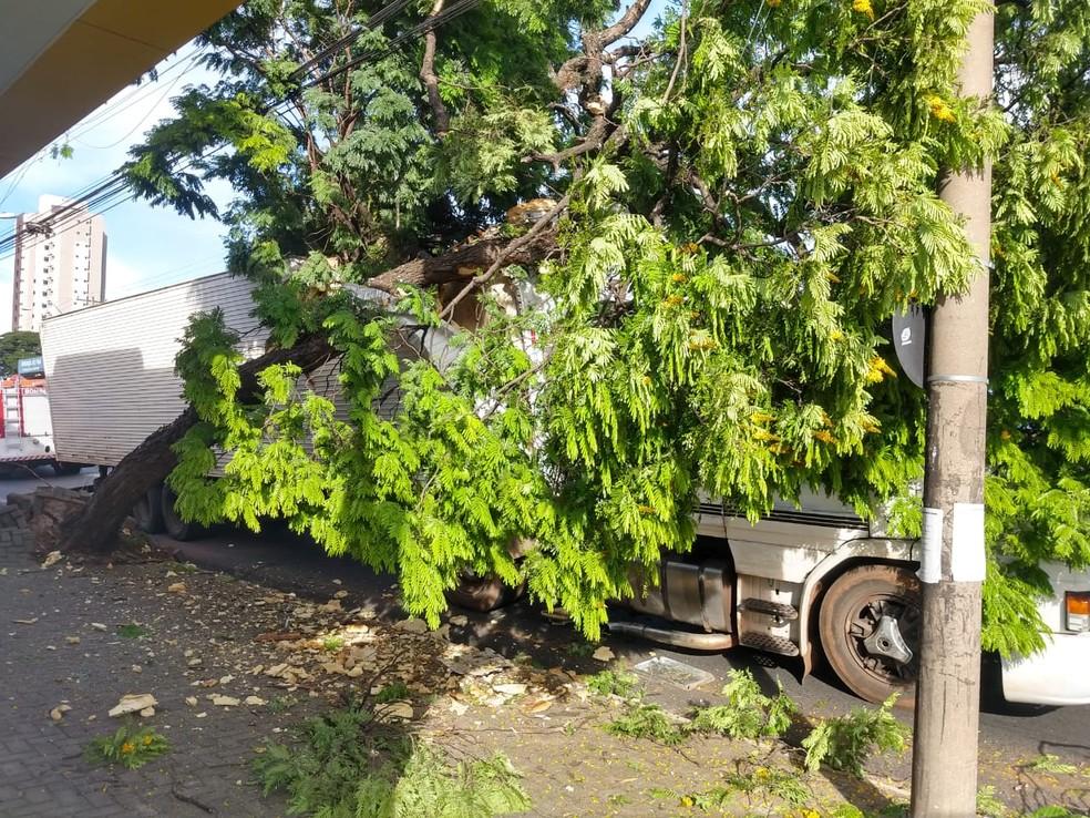 Acidente aconteceu na tarde desta sexta-feira (23) em Bauru — Foto: Mayky Araújo/TV TEM