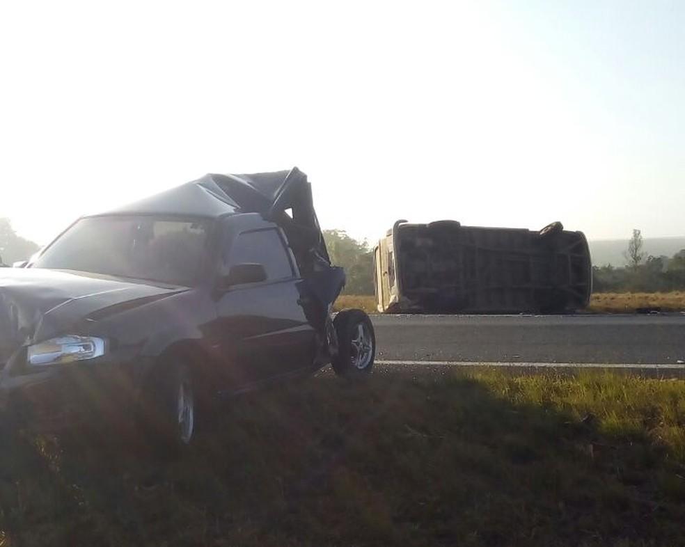 Carro ficou com a parte traseira destruída após a colisão (acidente perua escolar pardinho) (Foto: Prefeitura de Bofete / Divulgação)