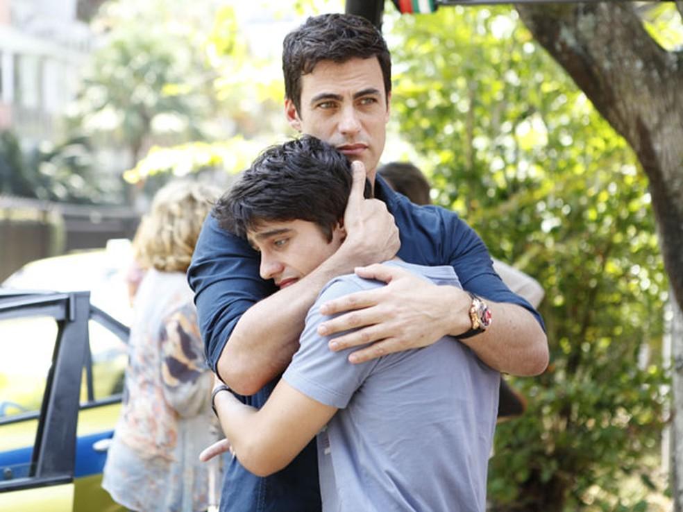 Juan e Fábio chocados com a morte de Chiara em 'Fina Estampa' — Foto: Globo