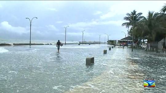 Água da maré transborda e invade casas e ruas em Raposa