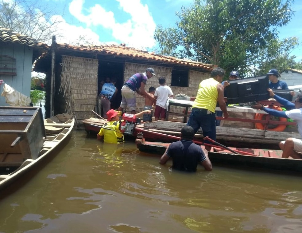 Desabrigados estão sendo levados para uma escola municipal ou para as casas de parentes. — Foto: Reprodução/ TV Mirante