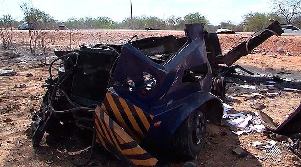 Carro-forte destruído pelo impacto da explosão (Foto: Reprodução/TV São Francisco)
