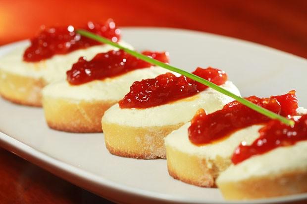Crostini de queijo de cabra com tomate: receita para servir de entrada (Foto: Divulgação)