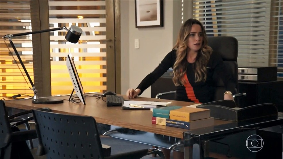 Bruna (Fernanda Vasconcellos) surta ao descobrir que Camila (Agatha Moreira) sobreviveu - 'Haja Coração' — Foto: Globo