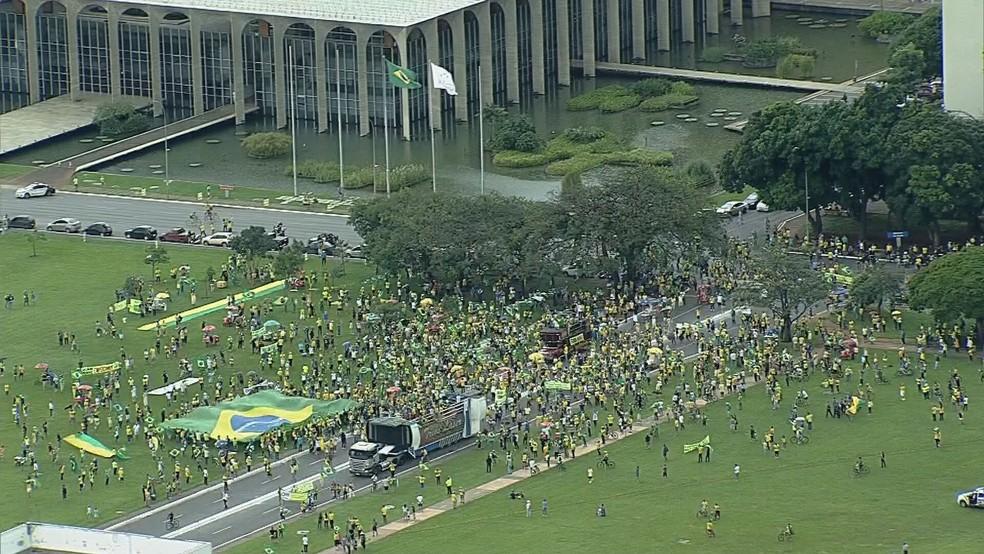 Manifestantes se reúnem em Brasília em ato pró-governo — Foto: TV Globo/Reprodução