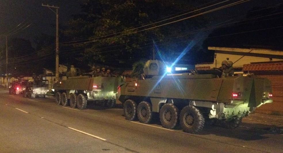 Tanques das tropas federais na Estrada do Galeão na manhã desta terça (20) (Foto: Débora Fonseca / Arquivo pessoal)