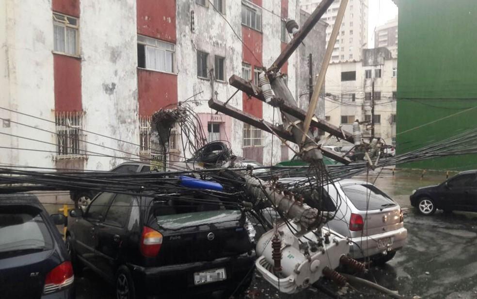 Poste caiu sobre carros na madrugada desta terça-feira (13) (Foto: Vanderson Nascimento/ TV Bahia)