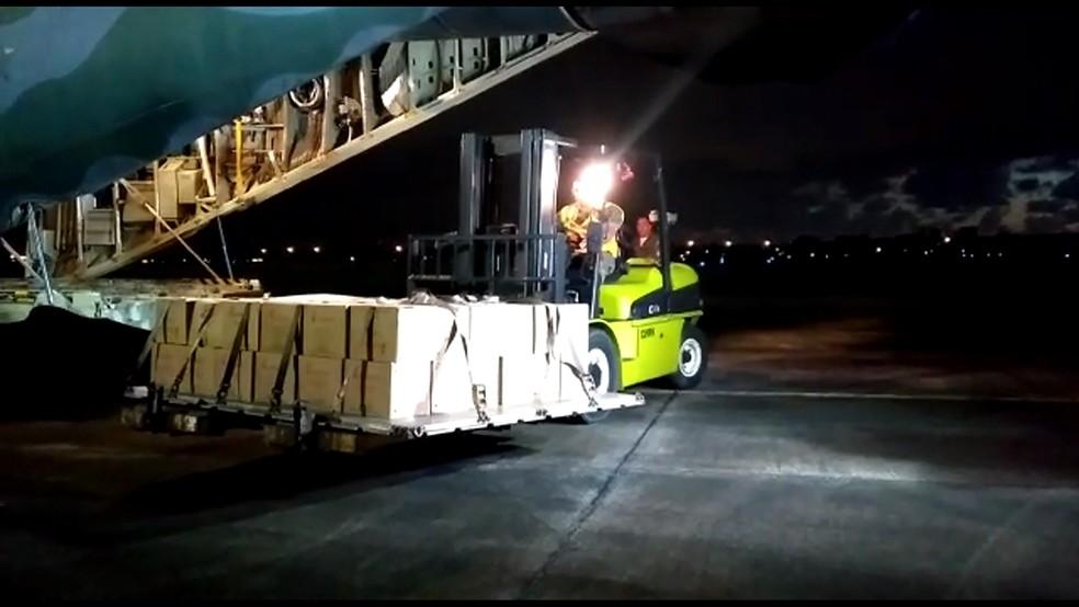 Avião da FAB chegou no Recife com medicamentos que serão levados para clínica de nefrologia em Caruaru, nesta terça-feira (29) (Foto: Reprodução/TV Globo)