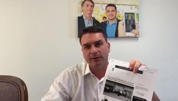 Flávio Bolsonaro usa as redes sociais para se defender de acusações
