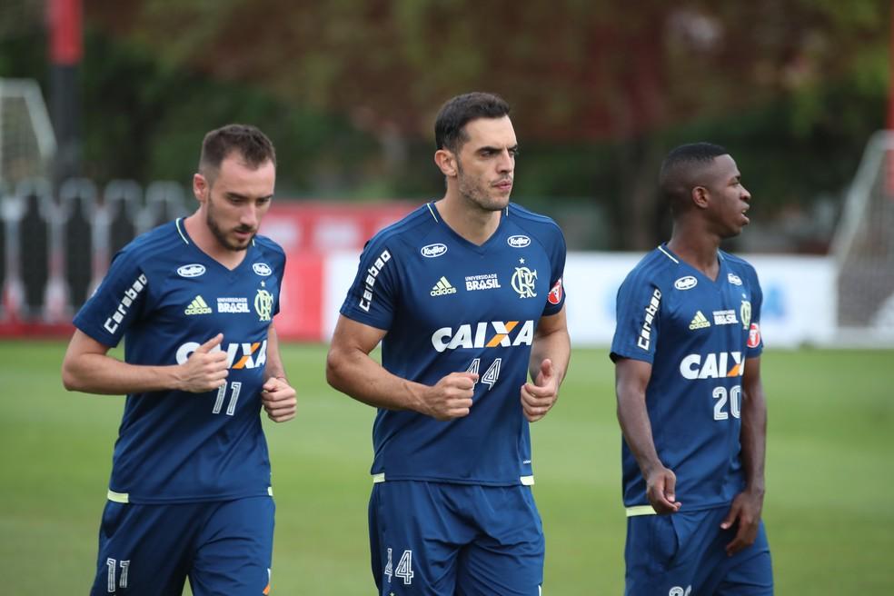 Ao lado de Mancuello e Vinicius Junior, Rhdolfo correu no gramado nesta segunda-feira (Foto: Gilvan de Souza/Flamengo)