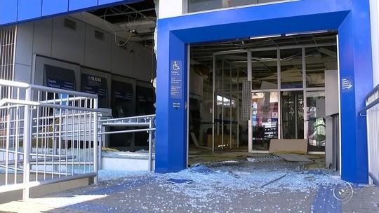 Quadrilha explode cofre de agência bancária e atira durante fuga em Piedade
