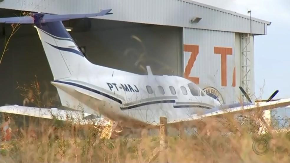 Avião com a dupla Zé Neto e Cristiano faz pouso de emergência em Marília (Foto: TV TEM/Reprodução)