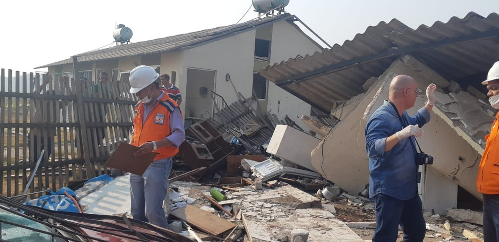 Defesa Civil está no local acompanhando situação de casas atingidas — Foto: Rede Amazônica/Reprodução
