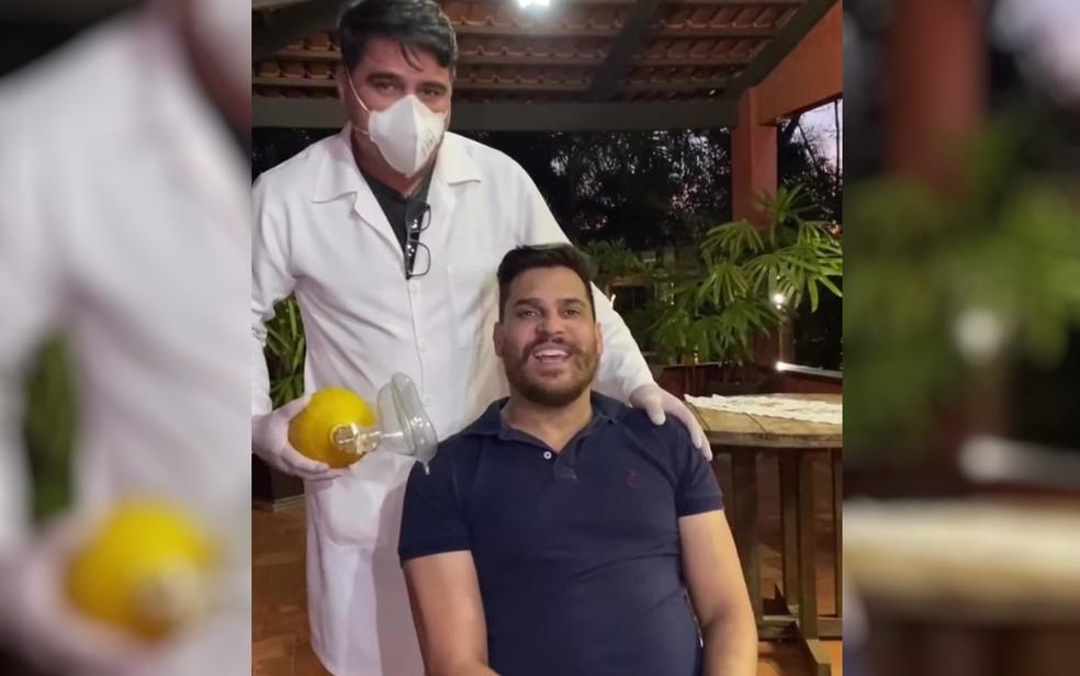 Cauan faz exercícios de fisioterapia para se recuperar das sequelas do coronavírus — Foto: Instagram/Divulgação