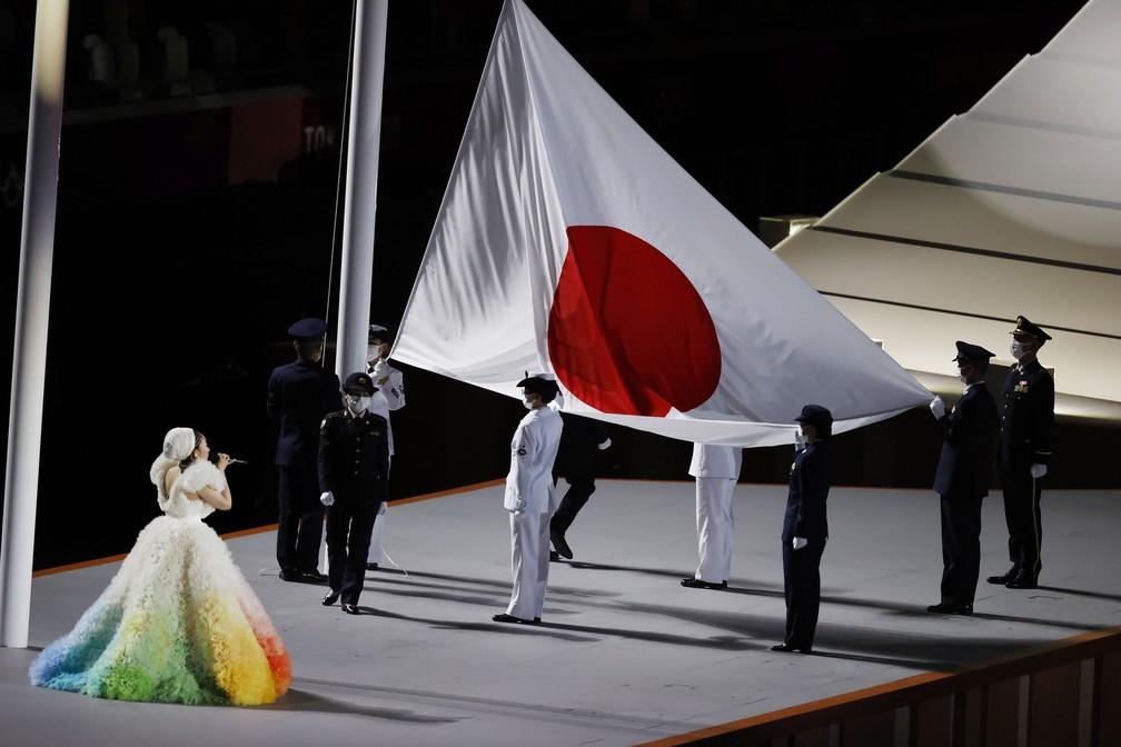 A bandeira do Japão é hasteada durante a cerimônia de abertura dos Jogos Olímpicos de Tóquio — Foto: Phil Noble/Reuters