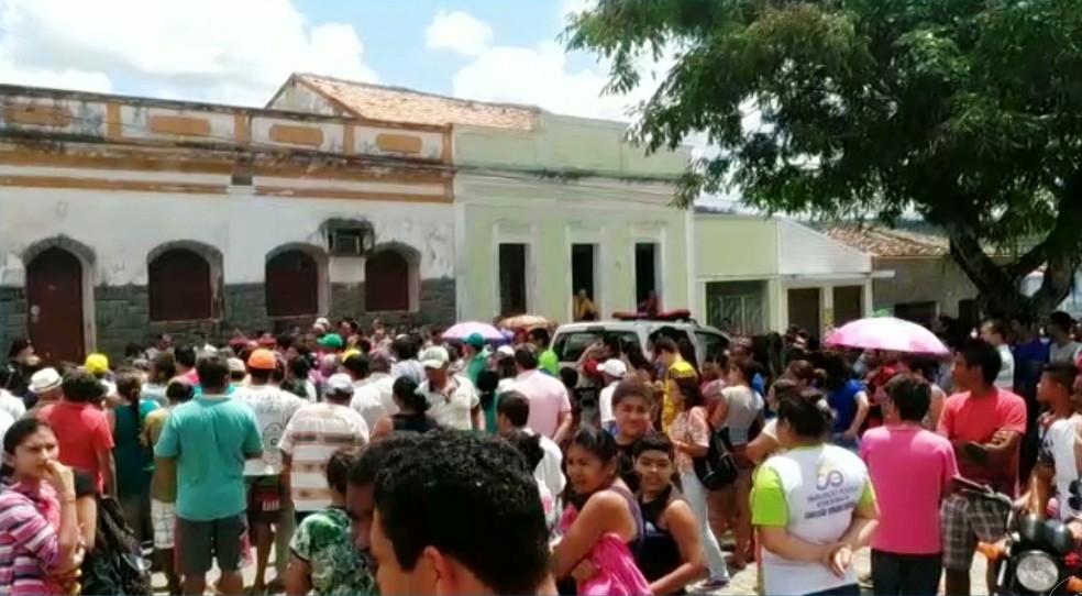 Perícia na casa onde o padre Pedro Gomes Bezerra foi encontrado morto aconteceu nesta quinta-feira (24), em Borborema, na Paraíba (Foto: Reprodução/TV Cabo Branco)