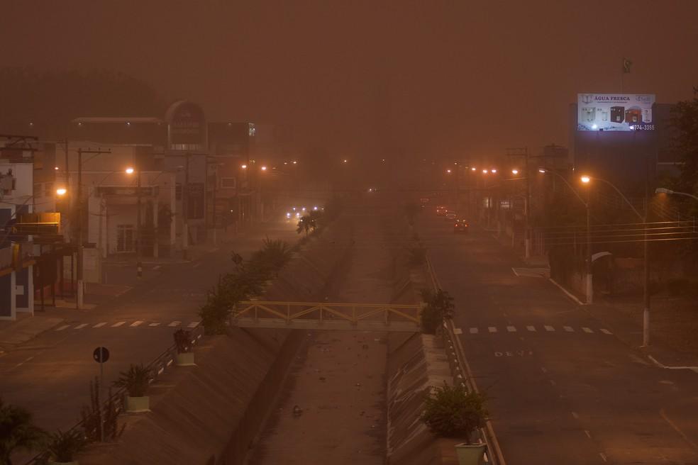 Nuvem de poeira encobre a cidade de Franca, no interior de São Paulo, na tarde deste domingo (26), pouco antes da chuva volumosa que atingiu a região. — Foto: IGOR DO VALE/ESTADÃO CONTEÚDO
