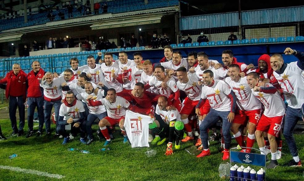 Jogadores do Estrela Vermelha comemoram a conquista do Campeonato Sérvio — Foto: Twitter/FK Crvena zvezda