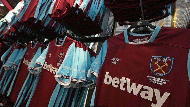 West Ham lançou uniforme comemorativo com inauguração oficial do London Stadium, em 2016 (Foto: Getty Images/BBC)