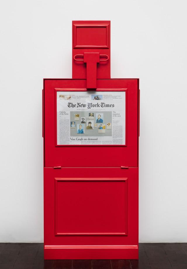 """Totem de distribuição do jornal """"fake"""" que a Gucci preparou para a mostra """"The Artist Is Present"""", de Maurizio Cattelan (Foto: Divulgação)"""