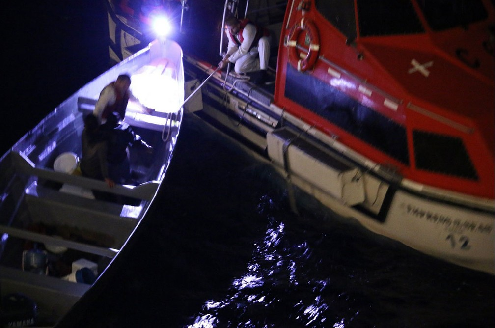 Pescadores que estavam à deriva no Caribe são resgatados por funcionários de cruzeiro da empresa Royal Caribbean — Foto: Reprodução/Twitter/James Van Fleet