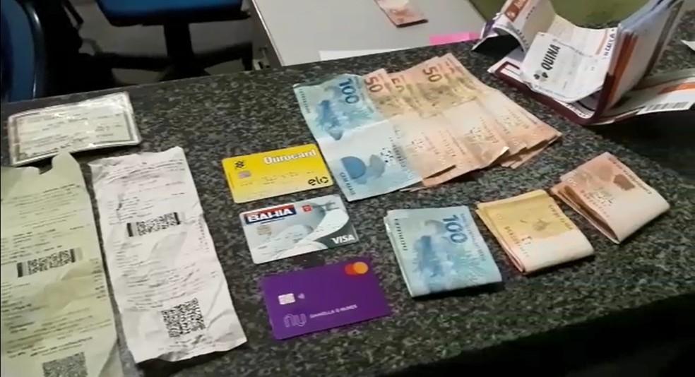 Com suspeito foram encontrados dinheiro, cartões e documentos — Foto: Divulgação/PRF