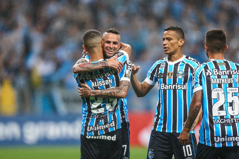 Luan recebe abraço de Alisson após terceiro gol — Foto: Lucas Uebel/Grêmio/Divulgação