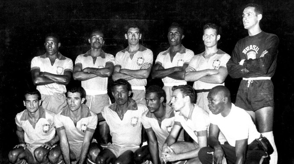 A Seleção que goleou a Colômbia por 9 a 0: Pepe (último jogador agachado à direita) fez um  (Foto: Arquivo CBF)