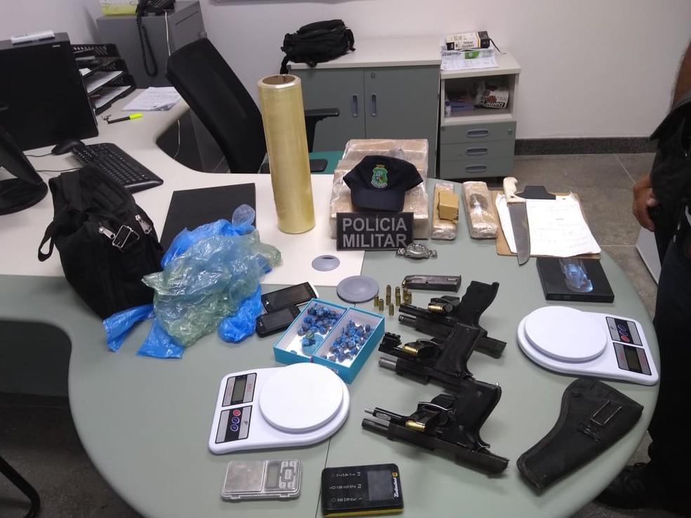 Polícia prende três homens com drogas, pistola e máquina de cartão para comercializar a droga — Foto: Polícia Militar/ Divulgação