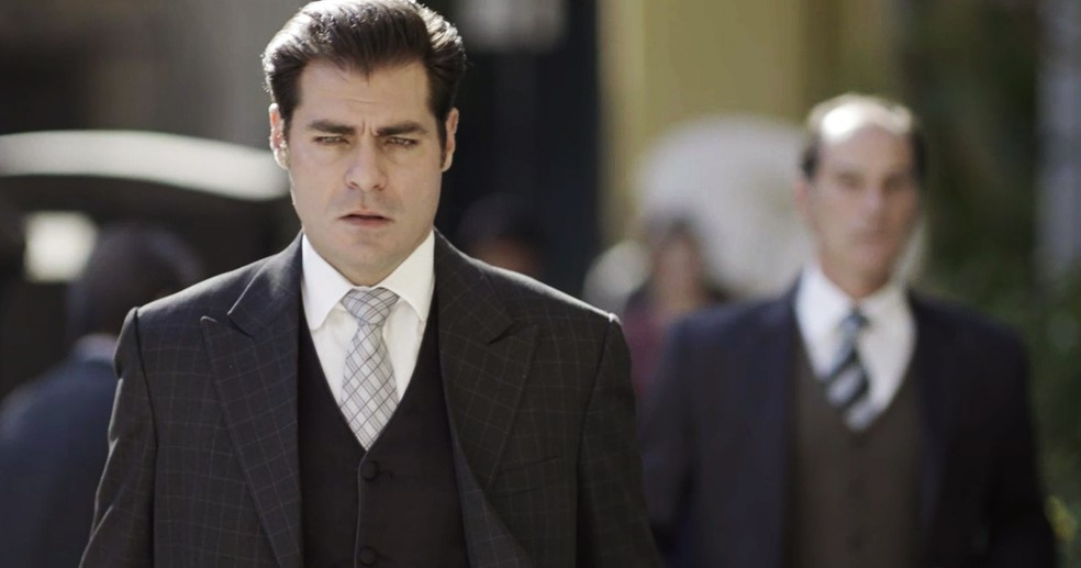 Darcy percebe que está sendo seguido e o plano de Susana é esse mesmo  (Foto: TV Globo)